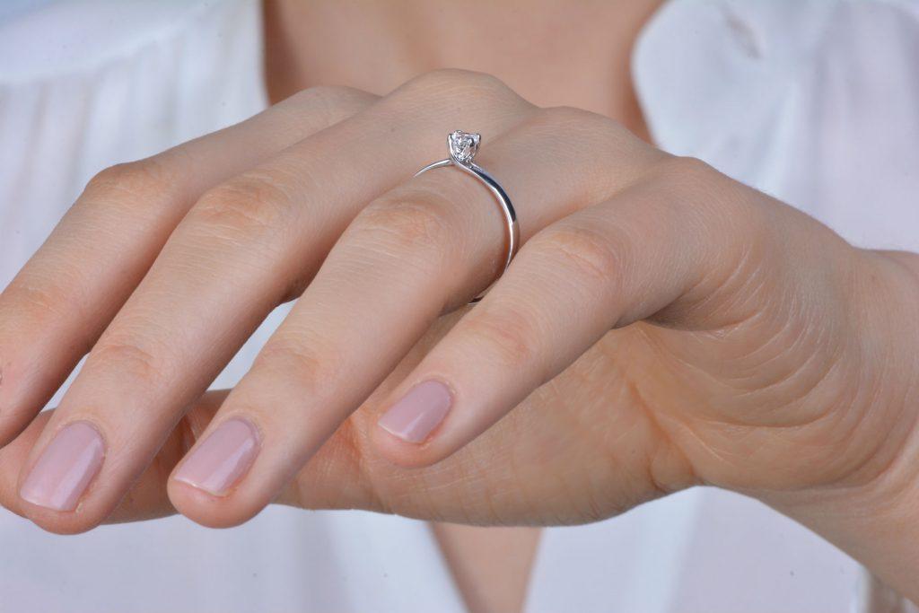 Zlatý zásnubný prsteň s diamantom